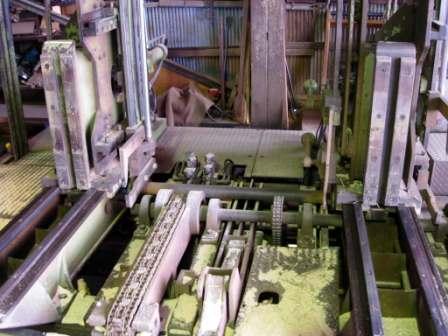 丸太を製材する機械